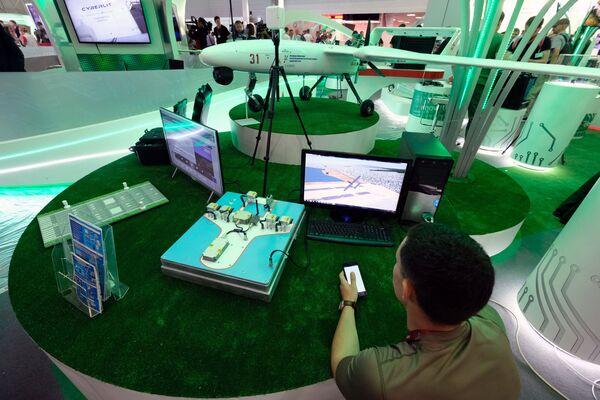 Giá trưng bày dự án phòng thí nghiệm bay trên cơ sở thiết bị bay không người lái Gamma. - Sputnik Việt Nam