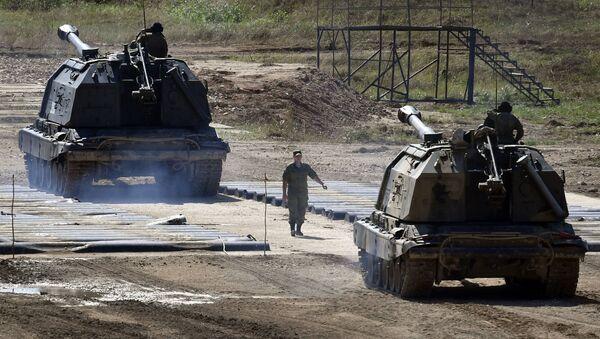 Tổ lái pháo tự hành Msta-S cỡ nòng 152mm diễn tập chuẩn bị trình diễn kỹ năng của mình ... - Sputnik Việt Nam