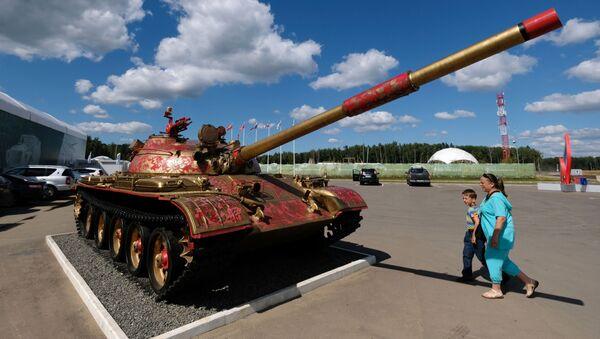 Một loại show-stopper (tiết mục được khán giả vỗ tay tán thưởng rất lâu): xe tăng Liên Xô T-62 được trang trí họa tiết đặc trưng của Khokhloma nổi tiếng của Nga.  - Sputnik Việt Nam