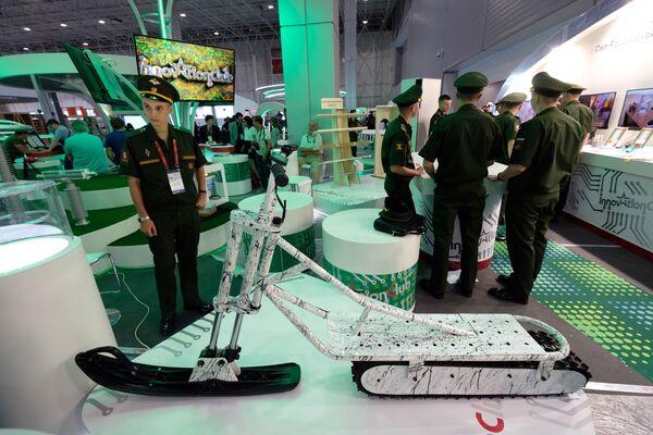 Chiếc xe trượt tuyết là một bộ phận trang thiết bị của các đơn vị quân đội Nga phục vụ ở vùng  Bắc Cực. - Sputnik Việt Nam