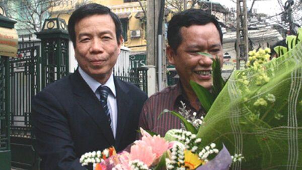 Ông Nguyễn Việt Tiến (trái) nhận hoa từ người thân sau khi Viện KSND Tối cao tuyên bố trắng án. - Sputnik Việt Nam
