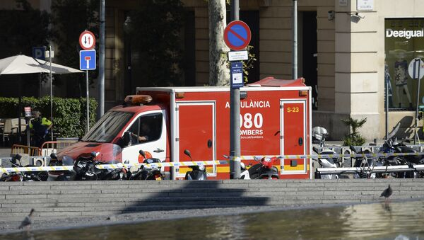 A policeman stands next to an ambulance after a van ploughed into the crowd, injuring several persons on the Rambla in Barcelona on August 17, 2017 - Sputnik Việt Nam