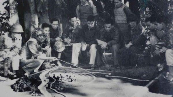 Đồng chí Song Hào (người ngồi thứ 5, từ phải sang) kiểm tra Sư đoàn 308 diễn tập quân sự trên sa bàn (năm 1970). Ảnh do gia đình đồng chí Song Hào cung cấp. - Sputnik Việt Nam