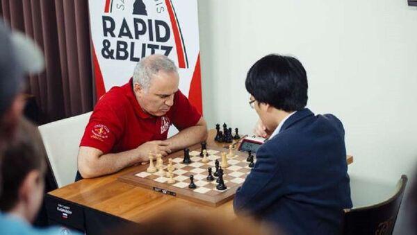 """Vua cờ"""" Garry Kasparov (trái) thất bại trước Lê Quang Liêm ở ván cờ chớp thứ 5 Giải Grand Chess Tour 2017 - Sputnik Việt Nam"""
