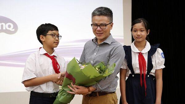 GS Ngô Bảo châu chia sẻ với học sinh của trường về phương pháp học tập, đam mê nghề nghiệp - Sputnik Việt Nam