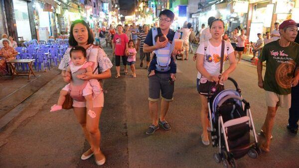 Du khách thong thả đi bộ trên Phố đi bộ Bùi Viện tối 20-8 - Sputnik Việt Nam