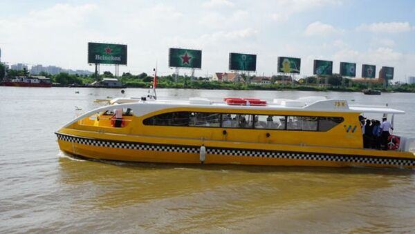 Chiếc tàu buýt đường sông chạy trên sông Sài Gòn sáng 21.8. - Sputnik Việt Nam