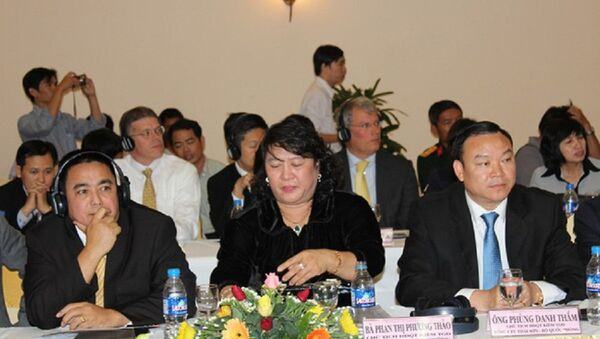 Bà Phan Thị Phương Thảo - chủ tịch HĐQT tập đoàn Khang Thông (ở giữa). - Sputnik Việt Nam