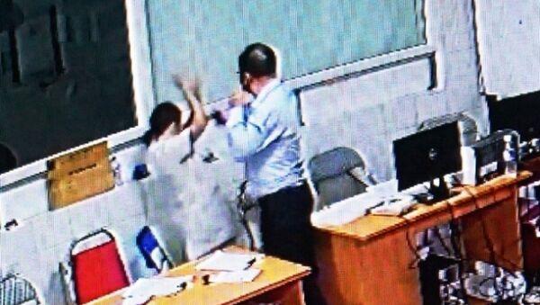 Bác sỹ Minh bị người đàn ông chửi bới rồi tát vào mặt. (Ảnh cắt từ Camera an ninh BV) - Sputnik Việt Nam