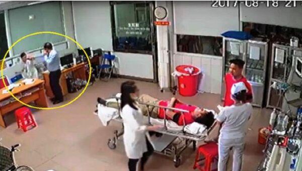 Người đàn ông áo sáng màu có hành vi đánh bác sĩ - Sputnik Việt Nam