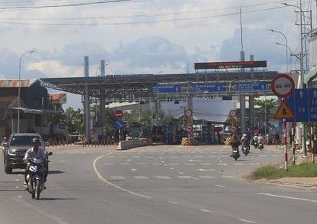 UBND tỉnh An Giang đã nhiều lần làm việc với Bộ GTVT và chủ đầu tư dự án BOT T2 nhưng Bộ chỉ đồng ý miễn giảm phí chứ không di dời trạm.
