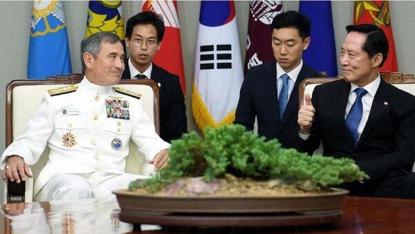 Bộ trưởng Quốc phòng Hàn Quốc Song Young-moo tiếp Tư lệnh Bộ Tư lệnh Thái Bình Dương, quân đội Mỹ, Đô đốc Harry Harris. - Sputnik Việt Nam