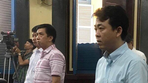 Bị cáo Hùng và Cường (áo sọc) nghe VKS luận tội - Sputnik Việt Nam