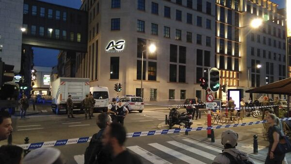 In this image from Twitter, police and Belgian Army soldiers secure the scene in downtown Brussels after a reported attack on Belgian Army soldiers, Friday, Aug. 25, 2017. - Sputnik Việt Nam