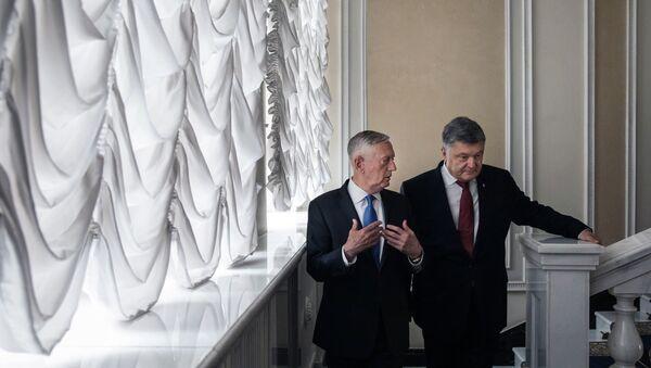 Bộ trưởng Quốc phòng Mỹ James Mattis với Tổng thống Ukraina Petro Poroshenko tại Kiev - Sputnik Việt Nam