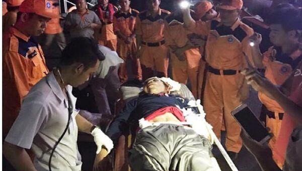 Cứu ngư dân bị thương do tai nạn tàu cá BĐ 97588-TS của Bình Định - Sputnik Việt Nam