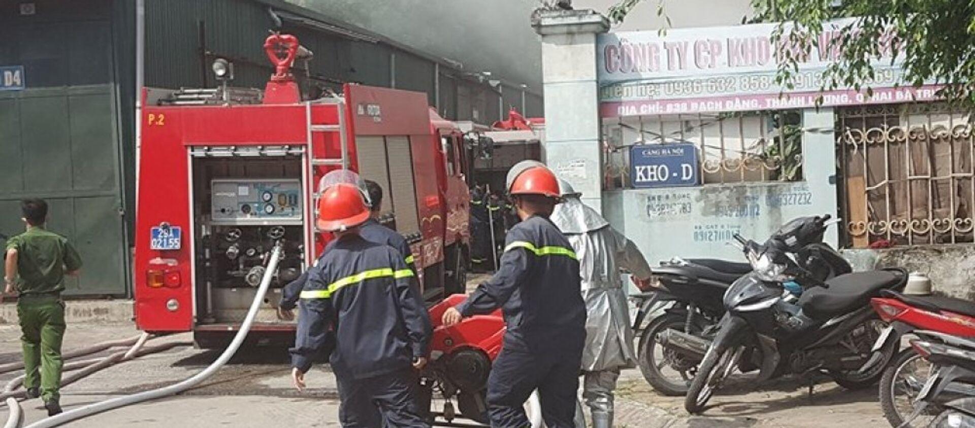 Hàng chục chiến sĩ và 10 xe cứu hỏa được điều động đến hiện trường vụ cháy - Sputnik Việt Nam, 1920, 23.03.2018