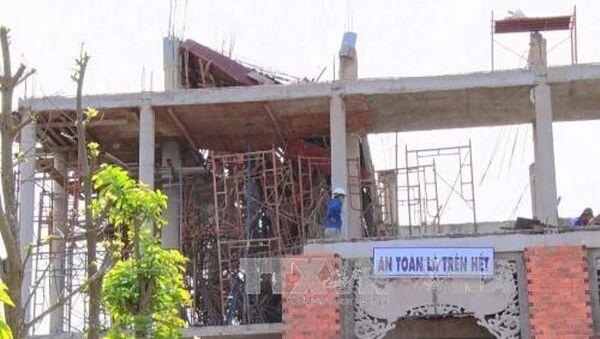 Sập giàn giáo khi đổ bê tông xây chùa - Sputnik Việt Nam