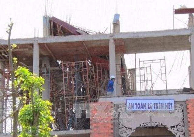 Sập giàn giáo khi đổ bê tông xây chùa