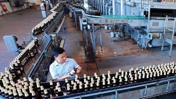Dây chuyền sản xuất bên trong nhà máy của Habeco - Sputnik Việt Nam