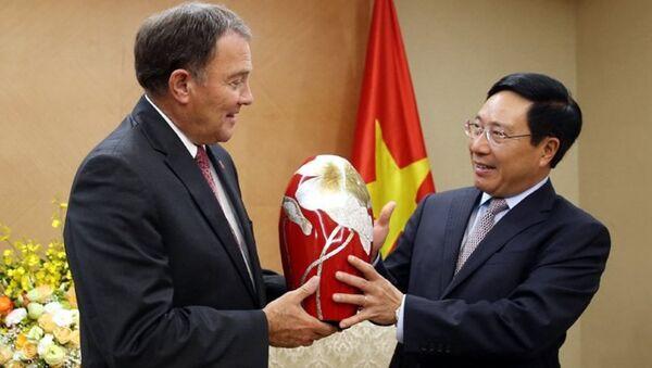 Phó Thủ tướng Phạm Bình Minh và Thống đốc bang Utah Gary Herbert.  - Sputnik Việt Nam