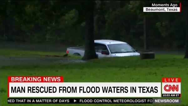 CNN Reporter Pulls Man from SINKING truck - Sputnik Việt Nam