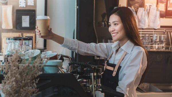 Nữ nhân viên quán bar gốc châu Á và ly cà phê - Sputnik Việt Nam
