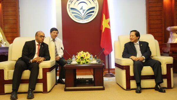 Bộ trưởng TT&TT Trương Minh Tuấn tiếp Đại sứ Cuba Herminio López Diaz - Sputnik Việt Nam