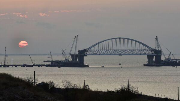 Crưm. Vòm đường sắt của cây cầu đang được xây dựng qua eo biển Kerch. - Sputnik Việt Nam
