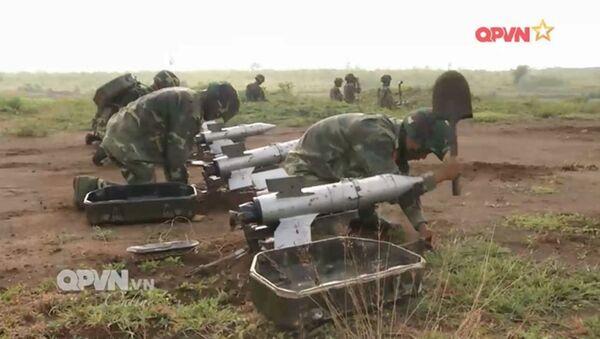 Triển khai tên lửa chống tăng B72 ngoài thực địa. - Sputnik Việt Nam