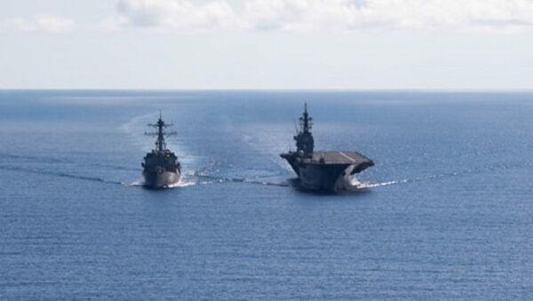 Khu trục hạm Mỹ USS Dewey (trái) cùng tàu khu trục Nhật JS Izumo xuất hiện ở Biển Đông hồi tháng 5.2017 - Sputnik Việt Nam