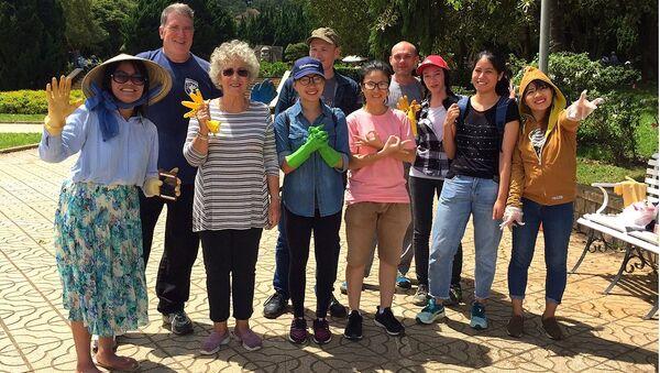 Khách nước ngoài và bạn trẻ Đà Lạt cùng thu dọn rác thải ở công viên hậu nghỉ lễ 2/9 - Sputnik Việt Nam