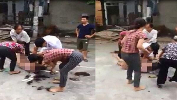 Hình ảnh chụp màn hình từ clip được cho là đánh ghen - Sputnik Việt Nam