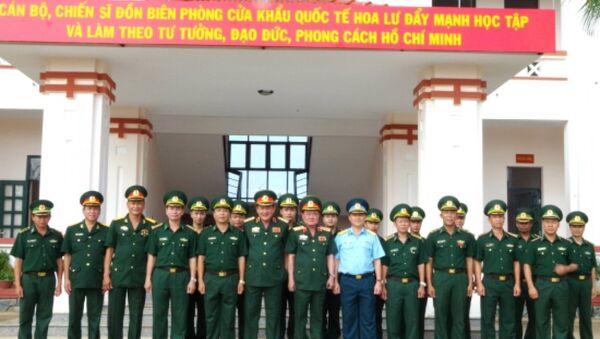 Đoàn công tác Bộ Quốc phòng chụp ảnh lưu niệm cùng cán bộ, chiến sĩ Đồn BP cửa khẩu quốc tế Hoa Lư - Sputnik Việt Nam