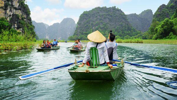 Khách du lịch trên thuyền trong cuộc du ngoạn dọc sông Ngô Đồng ở Việt Nam - Sputnik Việt Nam