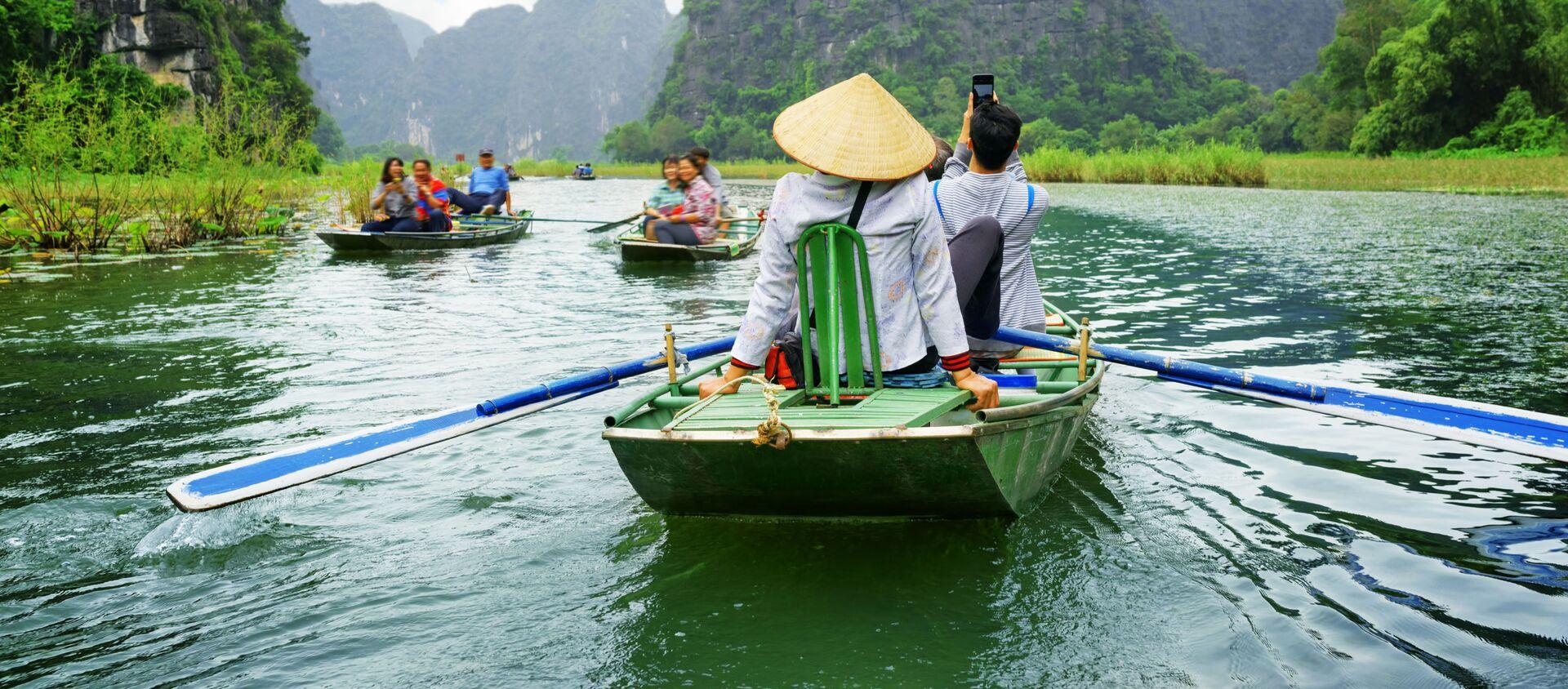Khách du lịch trên thuyền trong cuộc du ngoạn dọc sông Ngô Đồng ở Việt Nam - Sputnik Việt Nam, 1920, 20.03.2021