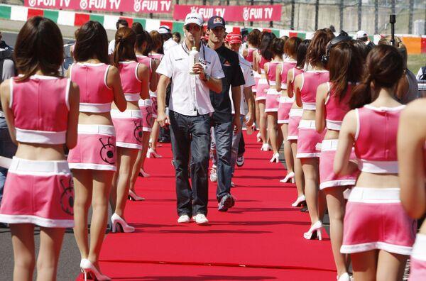 Tay lái F1 Jenson Batton người Anh giữa các nữ hoàng Formula 1 Grand Prix tại Nhật Bản - Sputnik Việt Nam