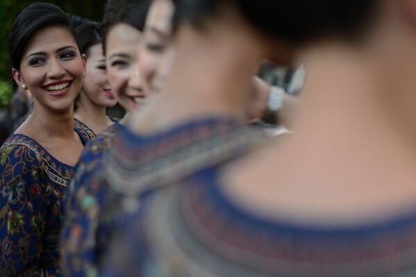Các nữ tiếp viên Singapore Airlines làm Grid Girls tại Grand Prix Formula 1 - Sputnik Việt Nam