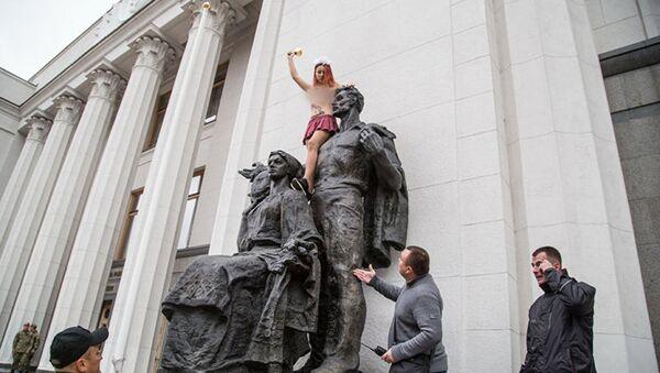 Thành viên Femen giả nữ học sinh chúc mừng quốc hội Ukraina khai mạc kỳ họp - Sputnik Việt Nam