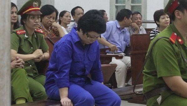 Bà Châu Thị Thu Nga (áo xanh) được triệu tập đến phiên tòa xét xử ông Nguyễn Văn Tuẫn ngày 24-5 với tư cách là người liên quan - Sputnik Việt Nam