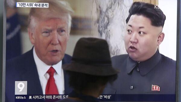 Tổng thống Hoa Kỳ Donald Trump và nhà lãnh đạo Bắc Triều Tiên Kim Jong-un trên màn hình TV - Sputnik Việt Nam