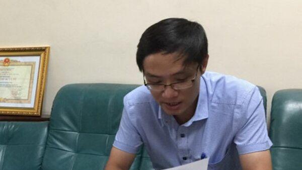 Ông Nguyễn Đăng Lâm rà từng mục quy định trong Luật Dược để chứng minh thuốc H-Capita là thuốc giả hay không giả - Sputnik Việt Nam