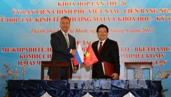 Phó Thủ tướng Trịnh Đình Dũng và Phó Thủ tướng thứ Nhất Liên bang Nga Igor Suvalov ký kết biên bản Khóa họp - Sputnik Việt Nam