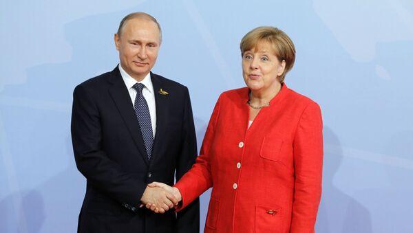 Tổng thống Nga Vladimir Putin với Thủ tướng Đức Angela Merkel - Sputnik Việt Nam