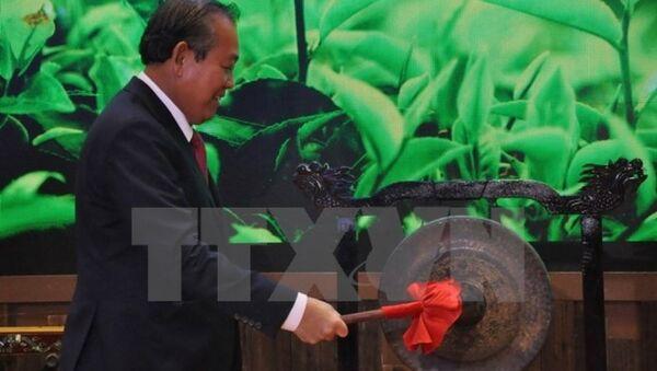 Phó Thủ tướng Thường trực Chính phủ Trương Hòa Bình đánh chiêng tại Lễ khai trương Khu gian hàng quốc gia tại Hội chợ Trung Quốc-ASEAN - Sputnik Việt Nam