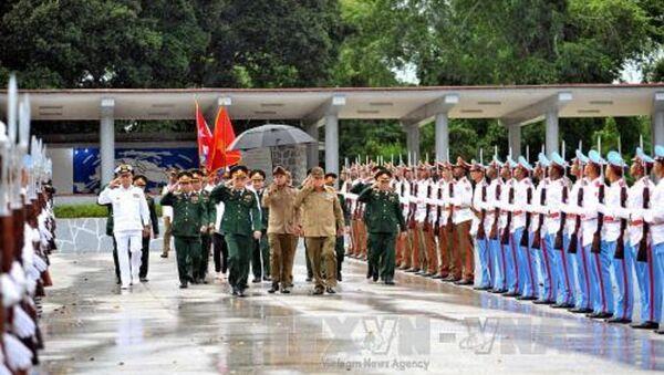 Thượng tướng Phan Văn Giang và Thượng tướng Alvaro Lopez Miera, Ủy viên Bộ Chính trị, Tổng Tham mưu trưởng, Thứ trưởng thứ nhất, Bộ các Lực lượng vũ trang cách mạng Cuba duyệt đội danh dự. Ảnh: Vũ Lê Hà/PV TTXVN tại Cuba - Sputnik Việt Nam