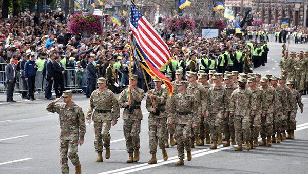 Binh sĩ NATO diễu binh tại Ukraine mới đây và cố vấn quân sự Mỹ huấn luyện lính Ukraine (ảnh dưới) - Sputnik Việt Nam