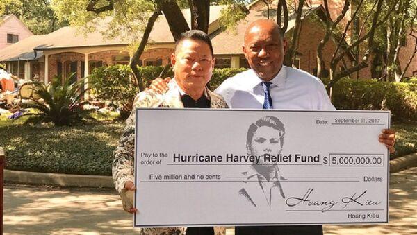 Tỷ phú Hoàng Kiều trao tặng 5 triệu USD ủng hộ nạn nhân bão Harvey. - Sputnik Việt Nam