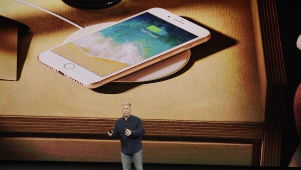 Phó chủ tịch tiếp thị của Apple Filipp Shiller tại thời điểm giới thiệu iPhone 8 ở California - Sputnik Việt Nam