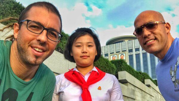 Philip Milosavljevic và bạn tạo dáng chụp ảnh với nữ sinh Triều Tiên. - Sputnik Việt Nam